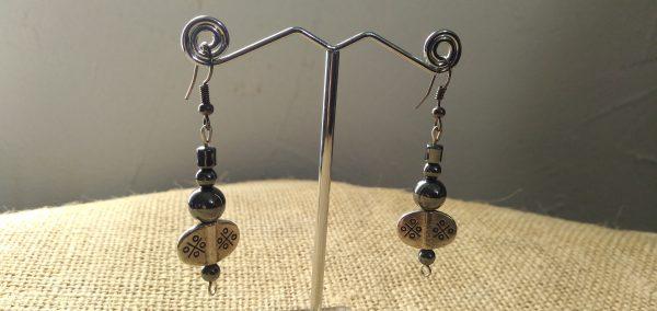 Boucles d'oreilles en métal argenté et pierre d'hématite