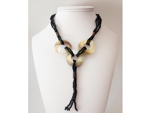 collier-perles-de-rocaille-et-nacre