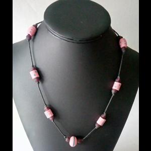 collier-perles-de-bois-peint-pate-de-verre