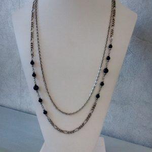 double chainette argentée perles résine noireCollier en chainettes de métal argenté, perles noires en résine