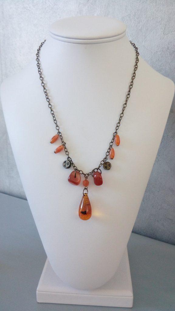 chainette cuivrée et pierre semi-précieuse de cornaline et d'ambre