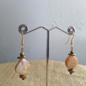 Boucles d'oreilles en nacre des Caraïbes er perles cuivrées