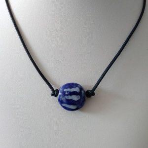 """Ras de cou fil de cuir """"bleu nuit"""" et perle en céramique émaillée"""
