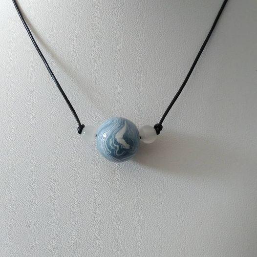 Ras de cou sur fil de cuir et perle de céramique émaillée et pate de verre