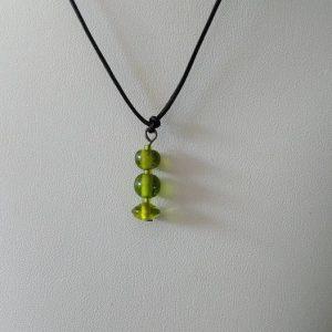 Pendentif sur fil de cuir, perles en pate de verre