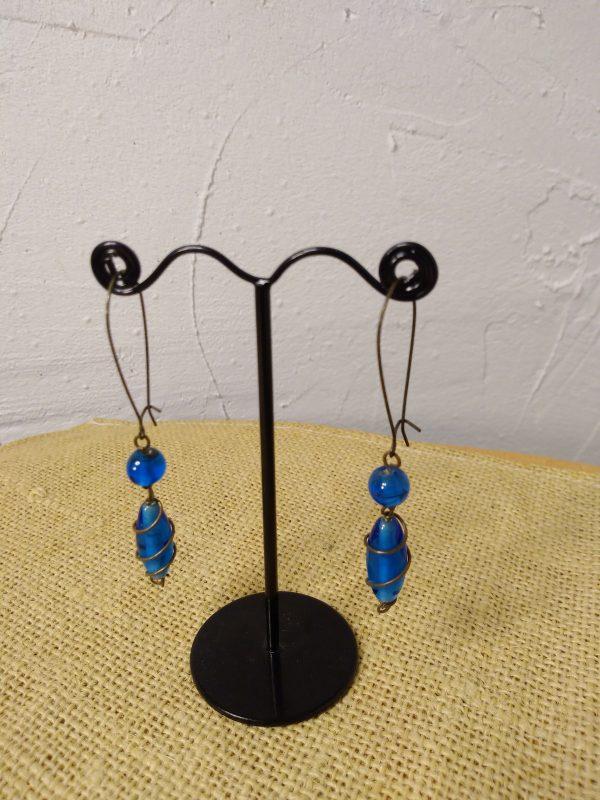 Boucles d'oreilles en perles de pâte de verre enroulées de fil de métal cuivré assorti aux attaches